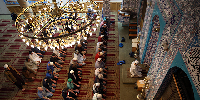 Muslims pray on the eve of the Islamic holy month of Ramadan at a mosque in New York in 2017. (Mohammed Elshamy/Anadolu Agency/Getty Images)