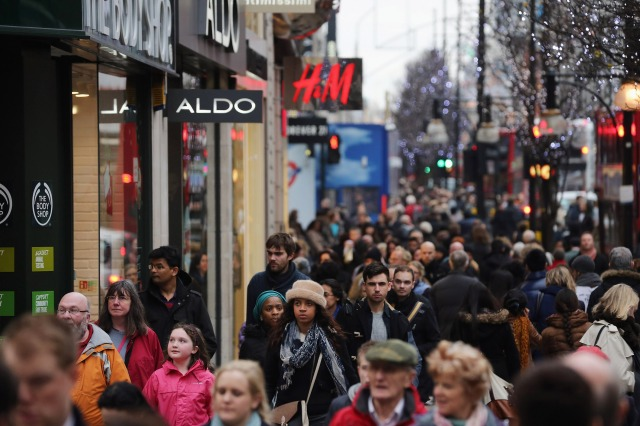 Holiday shoppers on Oxford Street in London. (Dan Kitwood/Getty Images)
