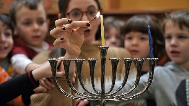 Rabbi Sarah Krinsky shows preschoolers how to light a menorah at Adas Israel Congregation in Washington, D.C. (Alex Wong/Getty Images)